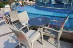 Елегантни маси и столове от светъл ратан