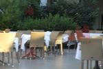 Дизайнерски маси и столове от светъл ратан